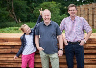 Zwei Geschäftsführer von Holz Bröker mit einem Mädchen