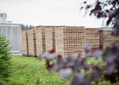 Lagerung von Mengen an Holzbrettern, gestapelt