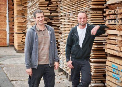 Zwei Mitarbeiter von Holz Bröker