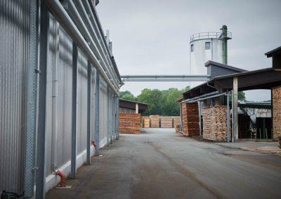 Außengelände des Unternehmens mit Holzlager
