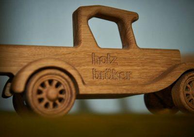 Holz-Auto mit Schriftzug Holz Bröker