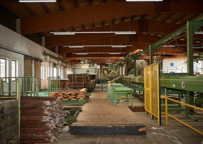 Halle mit Holz und Maschinen