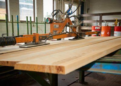 Holz wird mit einer Maschine bearbeitet